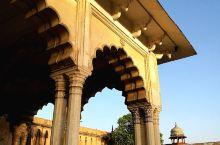 阿拉格红堡是印度早期伊斯兰艺术顶峰时期代表作,坐落在亚穆纳河畔小山丘上,距离泰姬陵15公里处。
