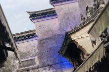 石浦古城幽静古朴,沿山而筑,依山临海,老屋石阶,蜿蜒曲折,一个质朴的古村老街,么有小桥流水,么有木船