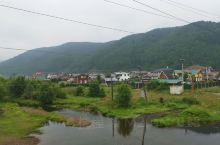 利斯特维扬卡是最靠近历史名城伊尔库茨克的湖畔小镇,一个非常热门的旅游点,沿着紧临湖畔的高尔基大道就可