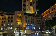 当夜降临曼德拉广场时,少了一份喧闹,多了一份宁静,燥热走了,舒适的风抚摸我的脸。别无所求。