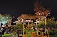 走进las rozas购物村,如同来到一个童话的世界,当夜幕降临,麋鹿,马车,闪闪发光的彩灯,无不散