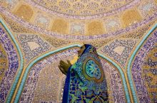 希克斯罗图福拉清真寺是萨非王朝伊朗建筑的杰出代表之一,位于伊朗伊斯法罕伊玛目广场左侧。 清真寺于16