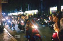 胡志明市适逢越南春节假日,市民都骑着摩托车出街庆祝活动,摩托车在越南是主要出行交通工具,对于在广州生