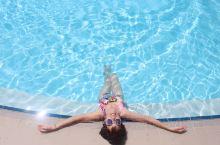 50岁妈妈拍的旅拍客片,摄于Henann酒店无边泳池