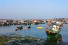 广西防城港企沙海港,春节期间,辛苦了一年的渔民们都将海船停靠在宁静的海港,回家与家人团聚过年,享受天