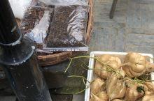 这个视频是关于这一个古镇里面有卖土特产。当地的一种特色,我是第一次看到这种水果。长的有点类似于红薯。