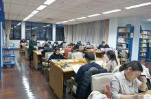 上海图书馆第二次来了,挺大的。楼下有食堂,价格合理,不算很贵也不是很便宜。要进去的话要先办个证,读者