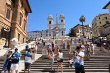 西班牙广场位于罗马三一教堂所在的山丘下,以其登上教堂的西班牙台阶而闻名。广场上的咖啡馆是济慈、拜伦、
