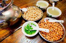"""""""打油茶""""用木棰反复敲打,使风味俱出,打透再加入汤水,配上葱花、香菜、炒花生米、豆子,加小量盐,哇,"""