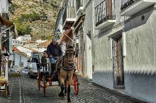 米哈斯小镇,它位于西班牙安达卢西亚地区的南端,整座城镇建筑在425公尺高的山腰上,白色的房子让小