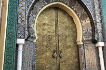菲斯是摩洛哥的第一个首都,是古时进出撒哈拉的集散之地。这里有九千多条街道,纵横交错,错综复杂,就像人