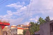 这是我的家乡,一个靠近西昌的小县城,初夏的傍晚,有凉爽的风,动漫色的天空。穿过大街小巷,即使青涩不再
