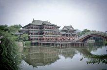 横店的景点有些是挨在一块的,秦王宫和梦幻谷还有清明上河图是在一起的,可以花一天半来游玩;广州街香港街