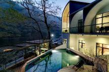 自然和建筑的融合,纳山为壁! 岩石茶厅,烤全羊(肉食控)! 游泳池,露天电影,自然生活的地方。 趣舍