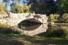 维多利亚的后花园     说到了维多利亚市,当然有不得不提的后花园——灯塔山公园。当我第一次走进这座