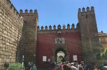 阿尔卡萨尔宫是西班牙皇家宫堡,集宫殿和城堡于一身,为西班牙伊斯兰文化风格的代表作之一。一九八七年被列