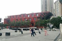 解放碑附近的网红地。 在解放碑附近,有重庆美术馆,能仁寺,重庆大轰炸惨案遗址等网红景。