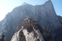 西岳—— 华山位于华阴市区南5公里处。南依秦岭主脉,北瞰黄、渭、洛河,东临晋豫,西望长安,距陕西省省