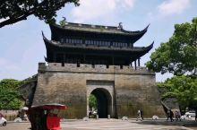 五一节与家人一起来台州临海游玩,爬上百米高的台州府城墙,远眺东湖景色宜人。