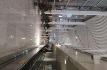 夜晚的昌北机场,人流不多。