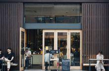 从新西兰火到日本的精品咖啡馆。 东京的这家店本身就很有特色,屋顶倾斜的整幢木屋,跟隔壁老房子连结却有