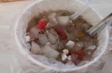 来自福建漳州的冰爽四果汤,真是性价比最高的夏日消暑良品了,一份才5块钱,有刨冰,有透明芋圆,西瓜,绿