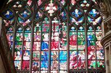 眩彩。I especially like the stained-glass windows of