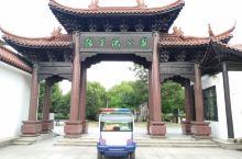 张家港公园很漂亮,也比较大,有如杭州西湖一样,还有三潭印月,吊桥,长廊,假山,各类健身设备等等,它把
