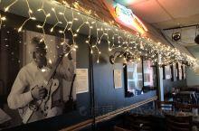 霉霉被发掘的咖啡馆 2004年,在Bluebird表演的泰勒·斯威夫特被唱片公司看中,直到现在,她还