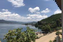 阳光明媚,美丽的沪沽湖。