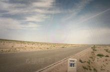 从断绝与外界联系的巴丹吉林沙漠出来,向阿拉善右旗进发,沿途都是无人烟的沙漠公路。