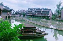 龙潭水乡位于成都市成华区龙潭总部经济城核心区域,占地面积220亩,总投资约20亿元,历经4年时间打造