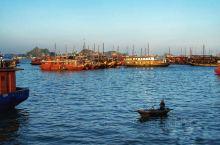 下龙湾有海上桂林之称 下龙湾风景区是越南北部湾中的一片海域,碧波万顷的海面上,矗立着一座座千姿百态、