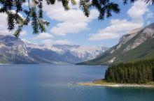 明尼万卡湖,最深最远的冷艳精灵/  明尼汪卡湖(Lake Minnewanka)是班夫国家公园中最大