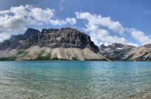 弓湖,弯弯如弓的冰川精灵/  弓湖位于加拿大阿尔伯塔西部的弓峰南面、瓦普堤克山脉东面,是在瓦普塔冰原