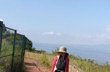 抚仙湖。应该是仙女的栖息地吧。没得那么纯净。水光潋滟晴方好。政府把仙湖周边得配套设施也打造得诗情画意