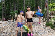 吉林圣鑫温泉 室外有几个温泉池子,还有泳池,还有孩子玩的,有卖吃的,建议自己拿 实惠,还有饭店! 室
