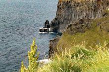 莫赫悬崖(CliffsofMoher)是欧洲最高的悬崖,在爱尔兰岛中西部的边缘。悬崖面向浩瀚无际的大