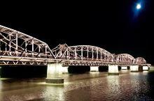 今晚皓月当空。一组鸭绿江大桥夜景和朝鲜新义州工业区远景照片分享给大家。 第二张照片,彭德怀元帅、毛岸