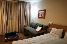 欧洲的四星级酒店真的很普通,设备一般,但是房间里有烧水壶,在欧洲挺少见。房间比较大,卫生间和淋浴间是