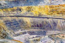 大铜矿的人造七彩丹霞   进黄石时路过盐湖城,从大盐湖远眺山脚下突兀地矗立了一根大烟囱