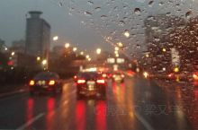 有路灯的白天雨