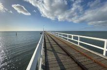 #西澳# #巴瑟尔顿栈桥# 打卡南半球最长的海上木栈桥,向海里延伸1.8公里长,桥上可自由散步,也可