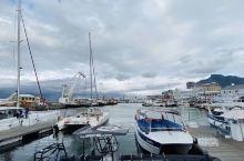 维多利亚港面朝大西洋, 背靠桌山,是开普敦繁华的初起地,如今这里也是开普敦最热闹的地方。工艺品市场、