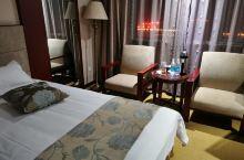 出差到淮滨,通过携程预订该宾馆,在淮滨应该是最好的了,周边交通便利,处于新区中心,停车方便,房间设施