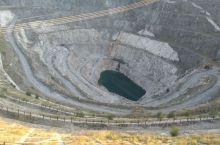 新疆阿勒泰地区可可托海镇3号矿坑,就在可可托海镇旁边,这里富含86种稀有金属,很多稀有金属位居世界前