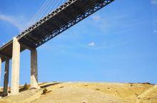 桥联通了霍尔果斯口岸和伊犁,战略意义远大于建筑意义。在此深山中能建如此大桥,厉害了,我的国。