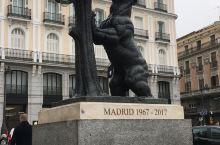 马德里 没有太阳的太阳门广场,没有开灯的圣诞彩灯树 一只爬树的熊,和两匹上班的马