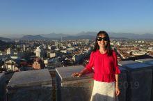 卢布尔雅那是一座融合了充满万种迷人风情的城市,同时也享有欧洲宝石的美誉。旧城区集中在卢布尔雅那河河道