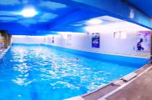 虽然是老酒店,但各种设施齐全,还有温泉游泳馆,这个很惊喜,住宿还半价门票,喜欢喜欢,入住有旅游团,但